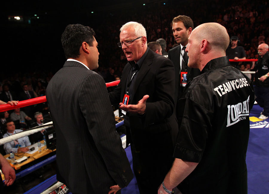 Barry Hearn argues with Oscar de la Hoya
