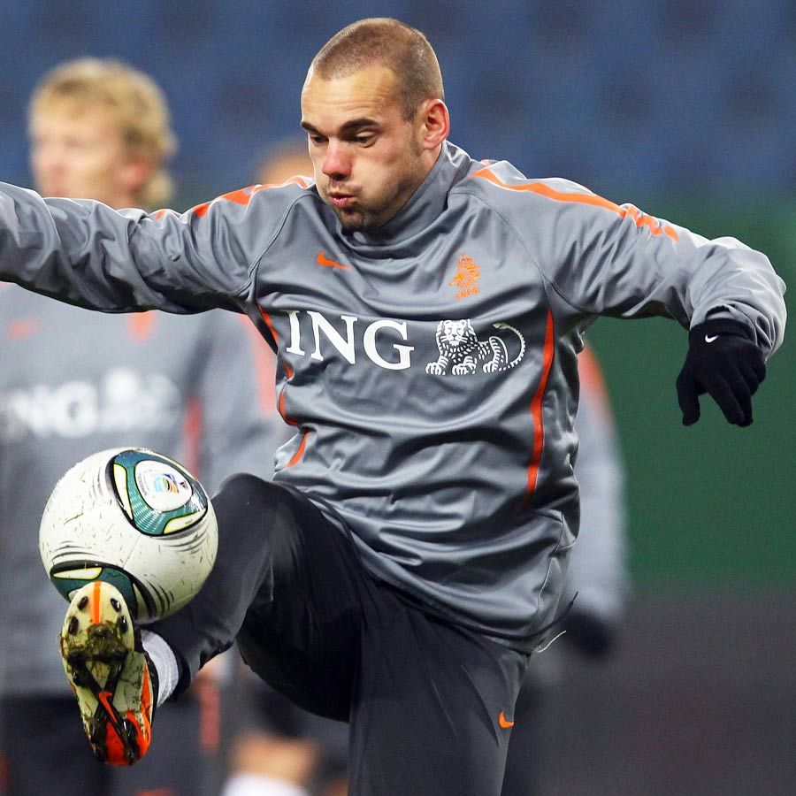 Wesley Sneijder takes the ball down